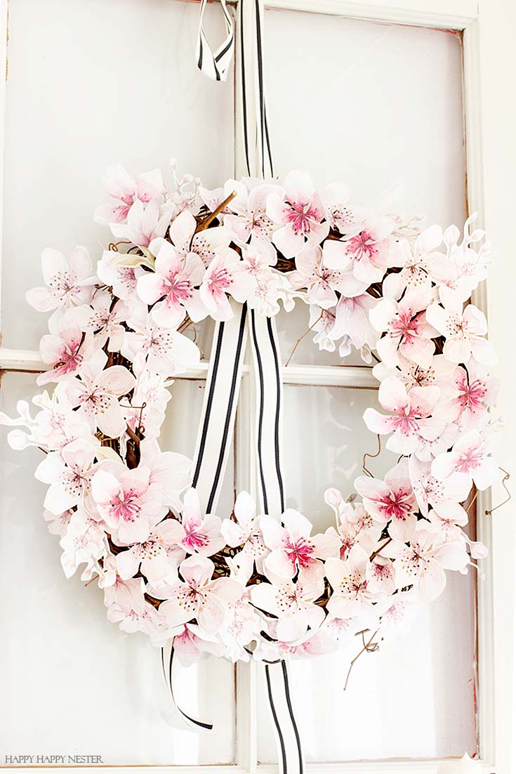Create this paper flower wreath with a free flower printable. It is such an easy wreath to make, and the results are beautiful. #wreaths #paperflowers #crafts #summerwreath