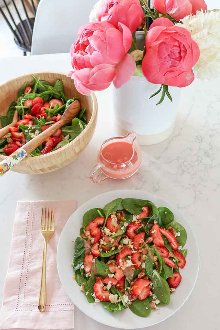 Strawberry Spinach Salad with an Easy Homemade Strawberry Vinaigrette. #salads #spinach #spinachsalad #strawberrysalad