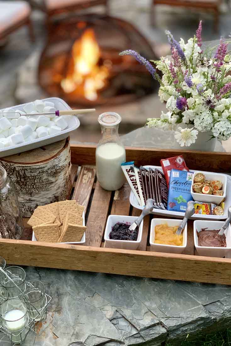This gourmet campfire s'mores charcutterie board is packed with great ideas! #s'more #desserts