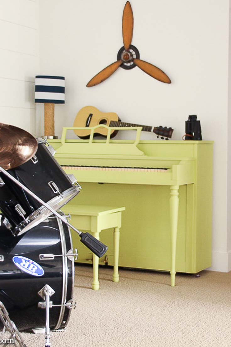 This DIY painted piano makeover shows how to easily paint your piano! #chalkpaint #paintedfurniture #paintdiy #diys