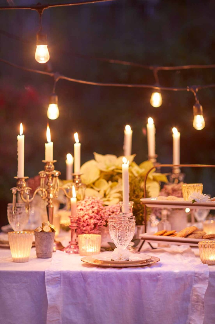 If you live in California, an outdoor Christmas dining is not out of the question. This gorgeous table is perfect for a holiday night tour. See all the great Christmas decor on this blog hop of Christmas homes! #christmas #christmasdecor #holidays