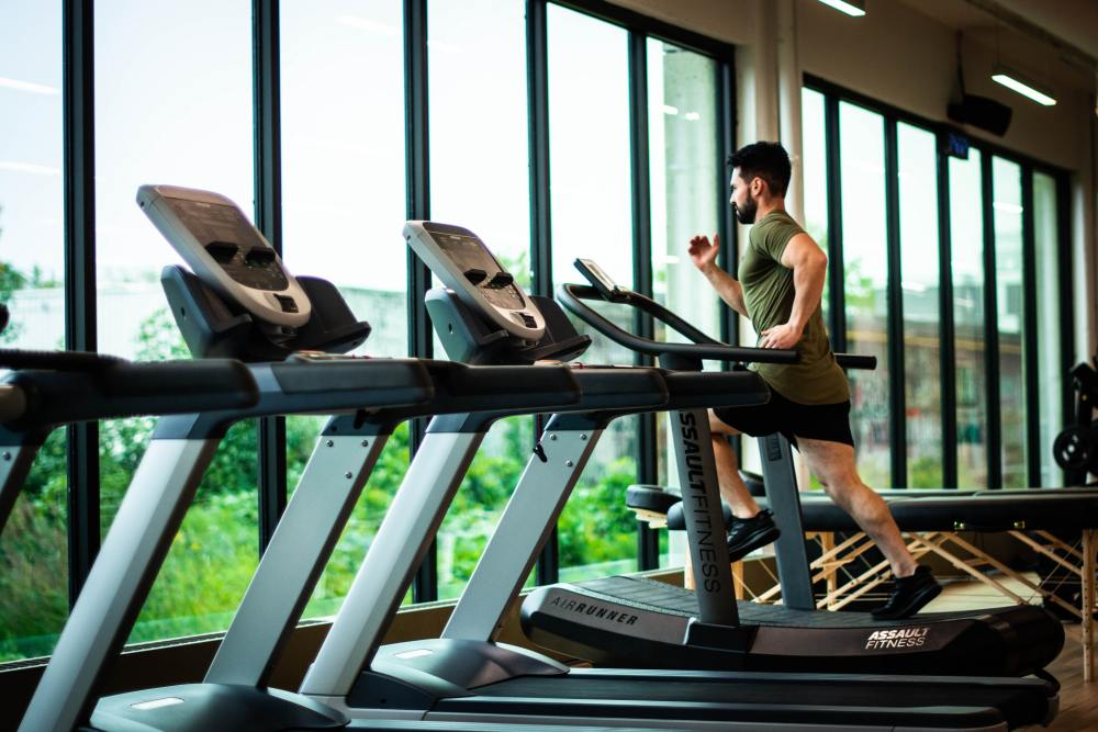 Man Running on Treadmill -Avoid Overestimating Calories Burned When Dieting While Working Out