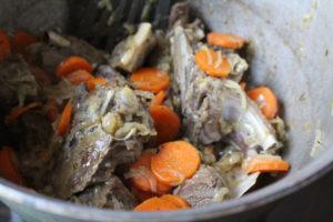 Мясо, лук и морковь, обжаренные в казане для дымлямы