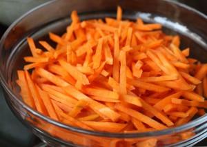 Морковь, нарезанная соломкой для плова