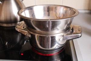 Растапливаем масло на паровой бане