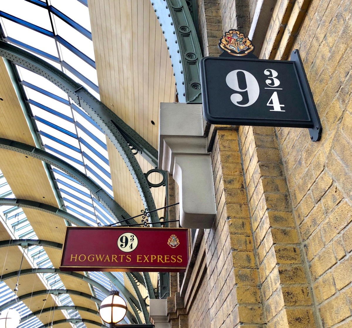 Platform 9-3/4 | Kings Cross Station #kingscross #harrypotter #harrypotterrides #universalorlando #hogwartsexpress