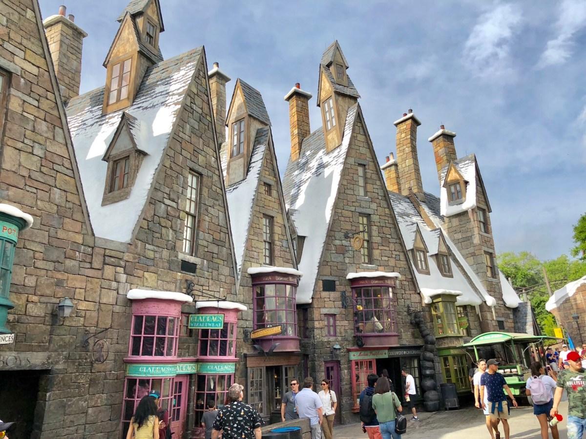 Hogsmeade | Universal Studios Islands of Adventure #hogsmeade #islandsofadventure #harrypotter #harrypottershops #harrypotterrides