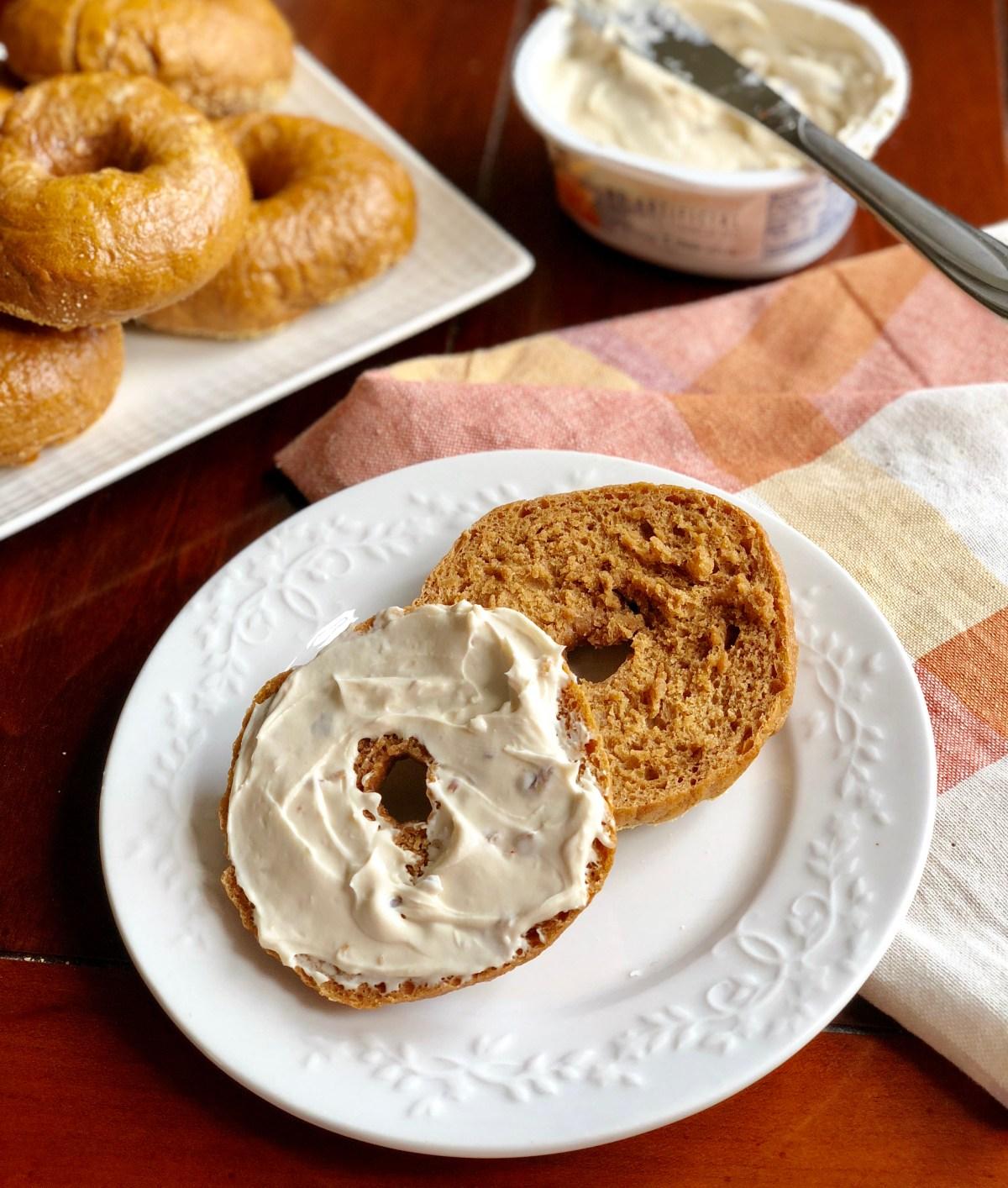 Pumpkin Spice Bagels by Happylifeblogspot.com #pumpkinbagels #pumpkinspicebagels #bagels #howtomakebagels #fallbaking