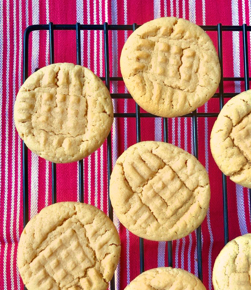 Perfect Peanut Butter Cookies by Happylifeblogspot.com #peanutbuttercookies #cookies #christmascookies #peanutbutterrecipes #softcookies