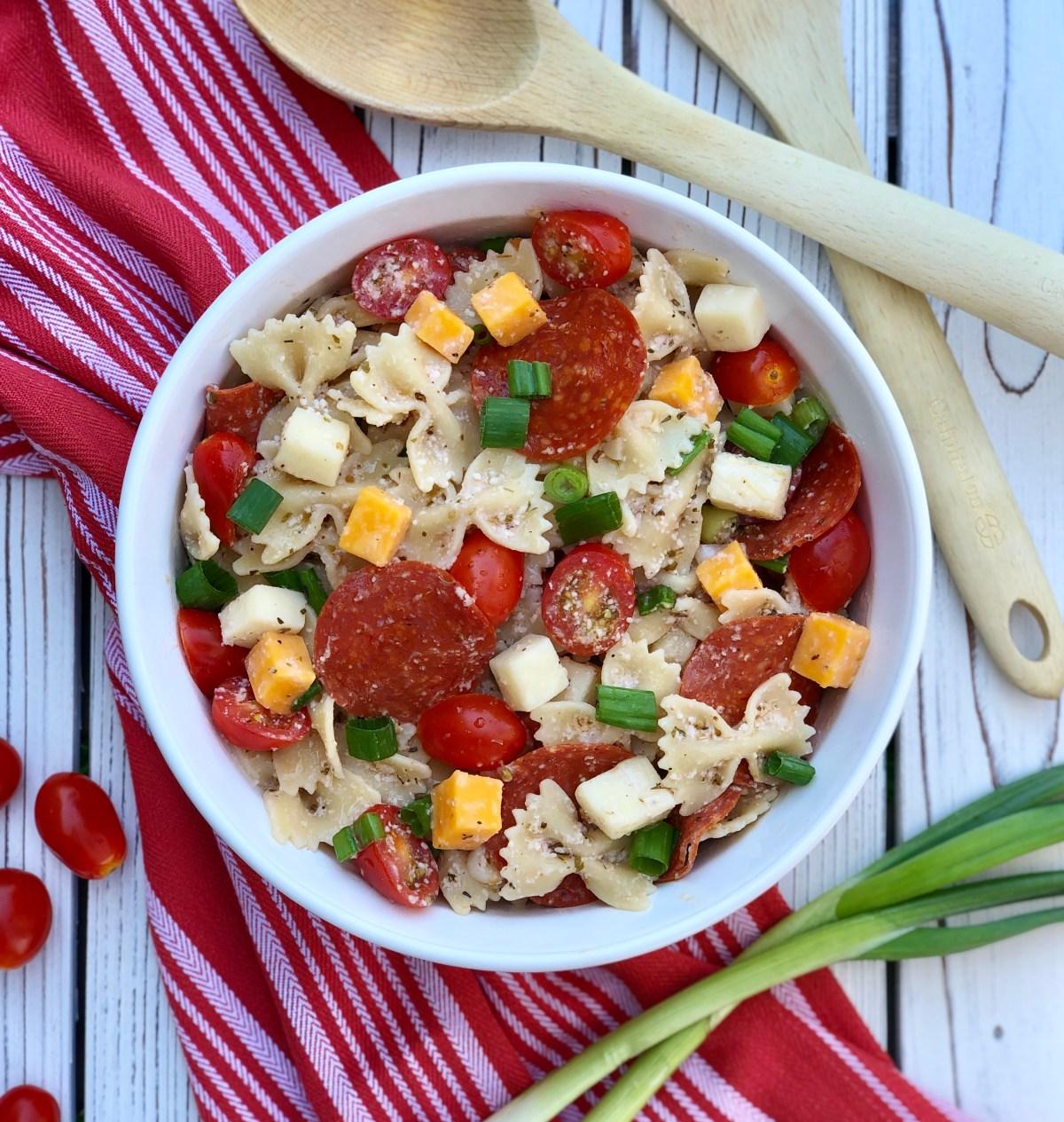 Pizza Pasta Salad by Happylifeblogspot.com #pizzasalad #pastasalad #summersidedish #sidesish #pepperoni #bowtiepasta