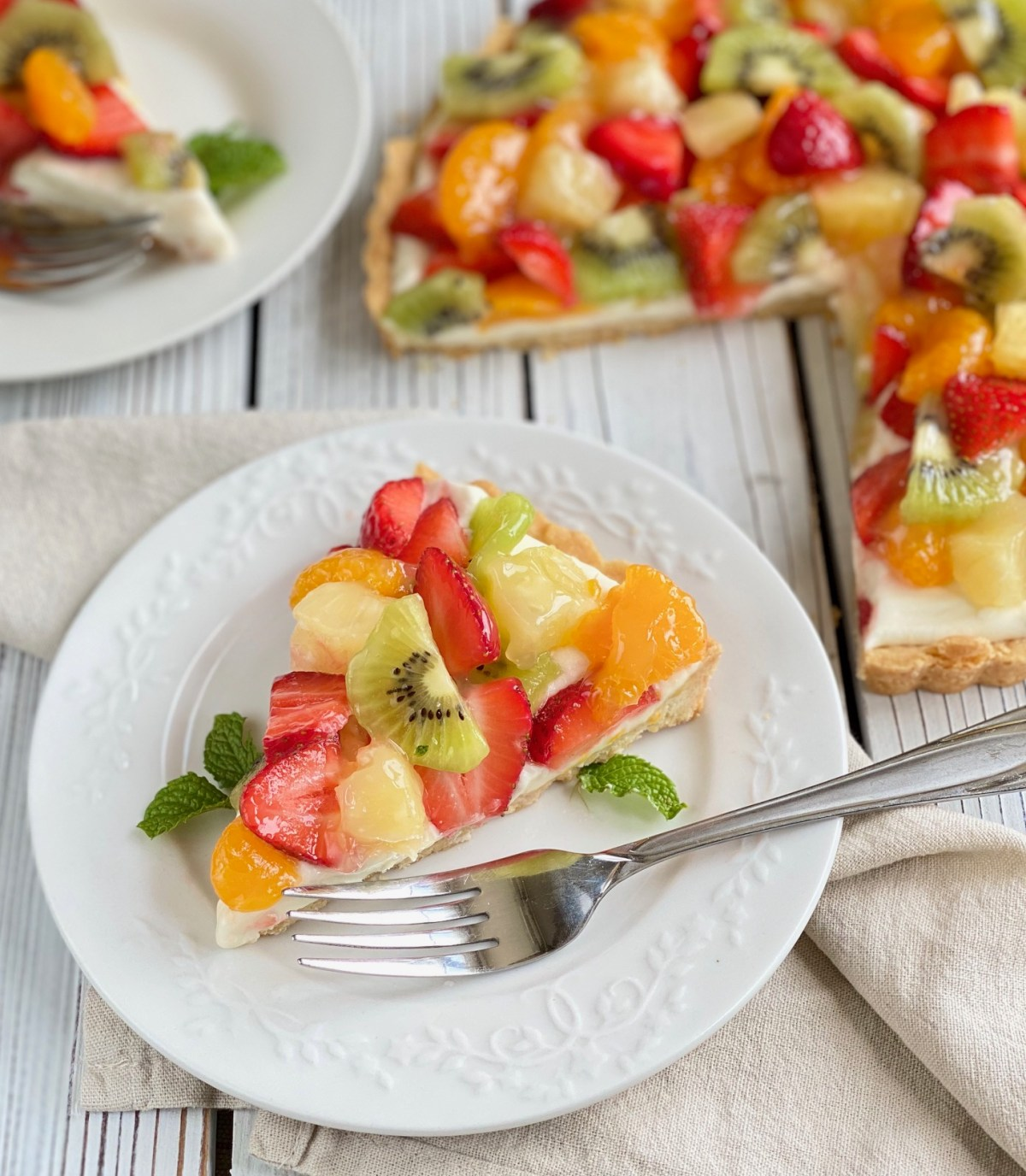 White Chocolate Fruit Tart by Happylifeblogspot.com #tart #whitechocolatefruittart #fruittart #tropicalfruittart #summerdessert #summerparty #holidaydessert
