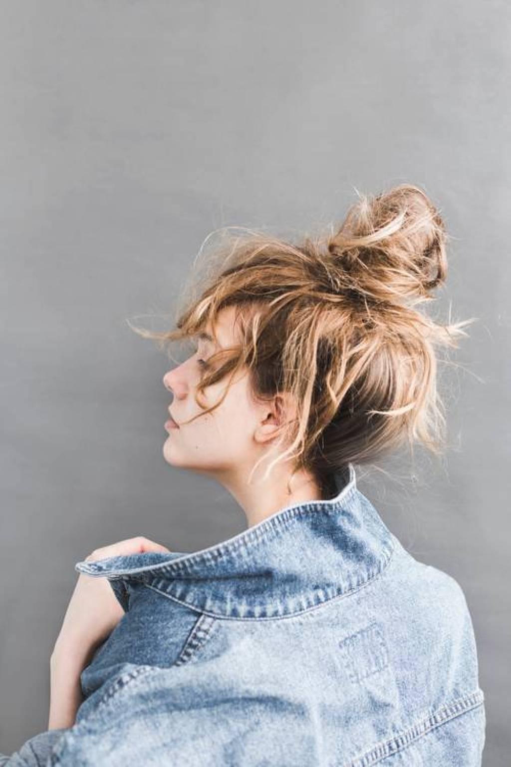 účesy pro polodlouhé vlasy