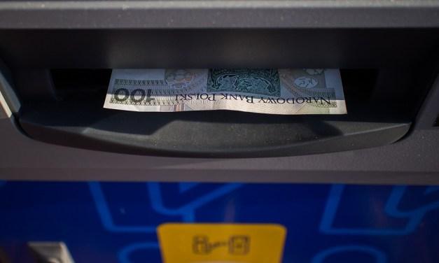 Výběr z bankomatu v zahraničí zdarma: kterou banku si vybrat?