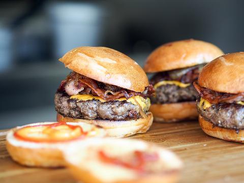 3 recepty na úžasný hamburger pro celou rodinu