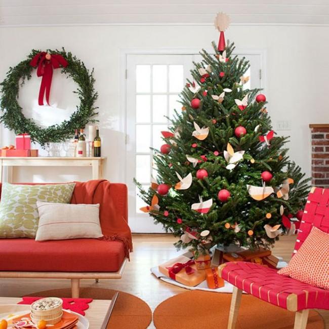 Pokok Krismas dihiasi dengan burung kertas yang indah