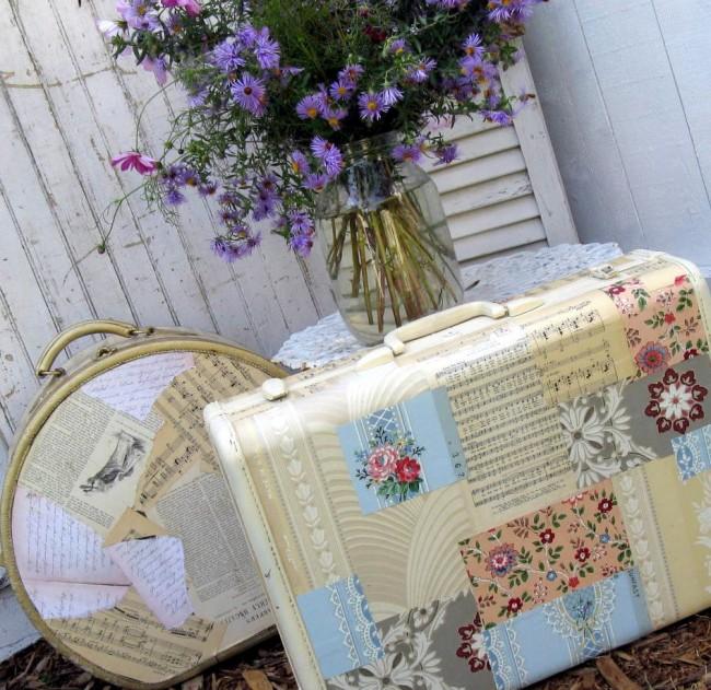 プロヴァンスやぼろぼろのシックなインテリアの装飾的なスーツケースは、適切な壁紙、ナプキン、雑誌の切り抜きを貼り付けることで作成できます。材料に応じて適切な実行手法を選択します
