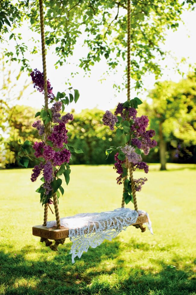 Swing fai da te, decorato con fiori vivi darà ai sentimenti di romanticismo al tuo giardino