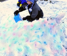 How to Paint a Snow fort a fun outdoor winter activity for kids. Create cooler snow forts with snow paint. Find out how easy it is to do! #snowfort #snowpaint #snowpainting #winteractivity #kidsactivity