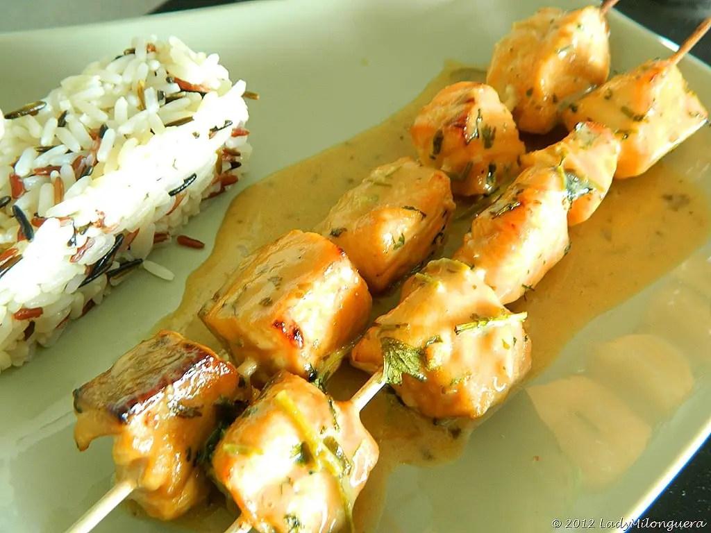 Brochettes de saumon à la coriandre, citron vert et lait de coco