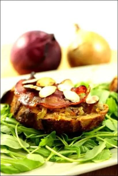 tartines aux oignons pancetta et amandes