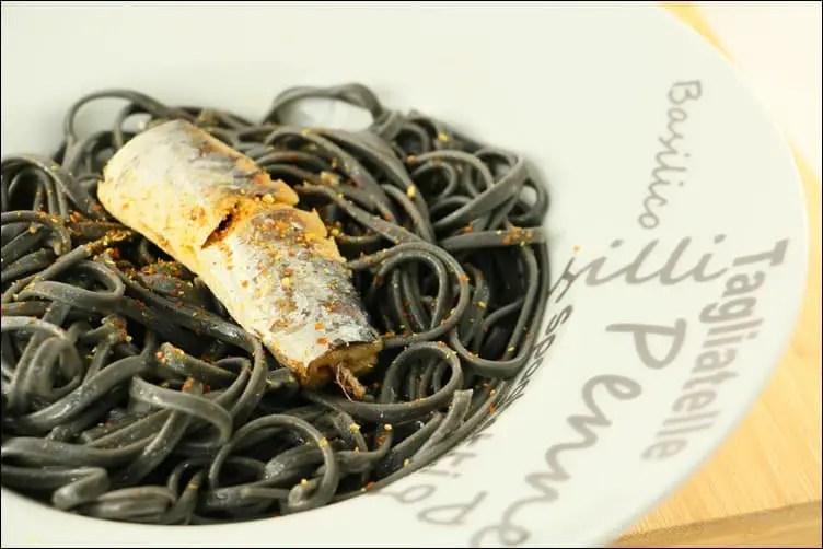 pates à l'encre de seiche et aux sardines