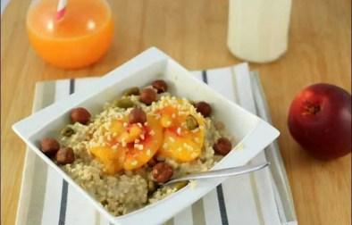 porridge à la pêche pochée et aux fruits secs