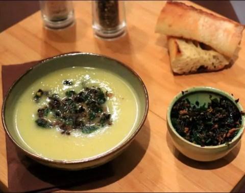soupe au fenouil et citron et sa gremolata d'olives noires