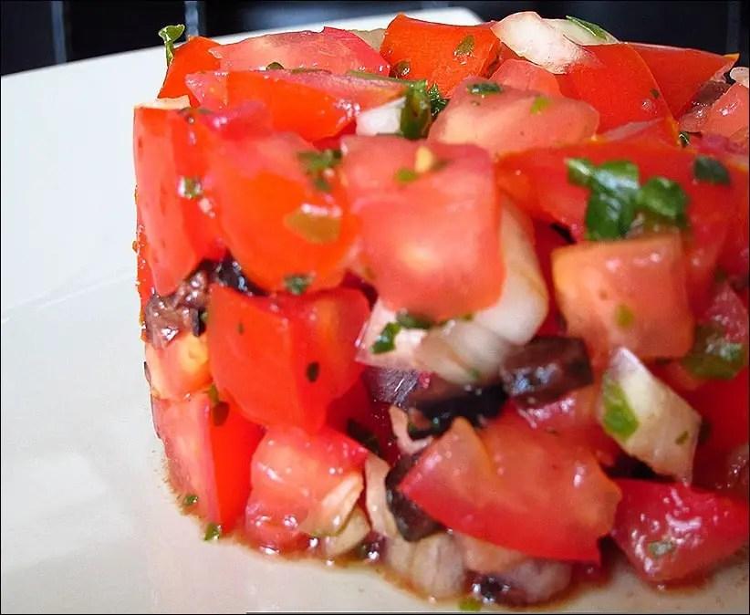 tomates olives noires basilic