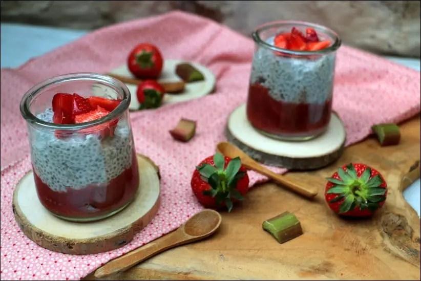 pudding de chia au lait de choco et compote fraises rhubarbe