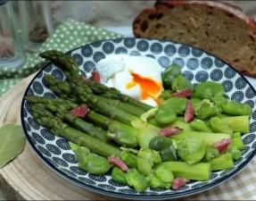 poêlée d'asperges vertes et fèves au jus