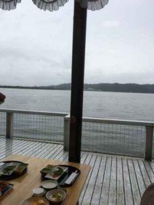 朝食会場から東郷湖を眺める