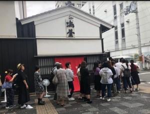 京都烏丸にオープンした牛乳石鹸赤箱AWA-YAの混雑状況