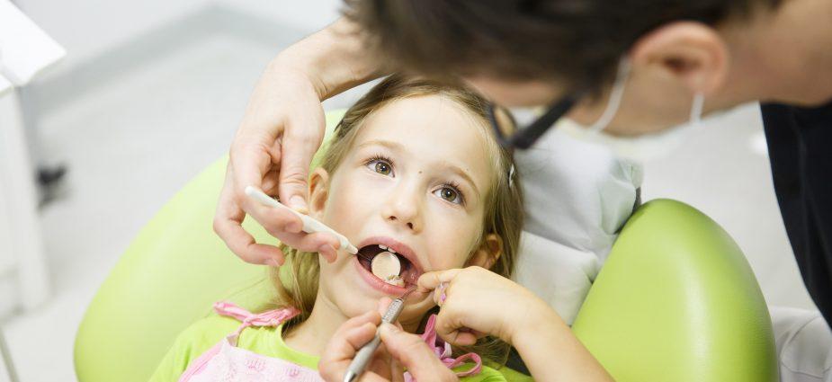 幼童醫院檢查蛀牙