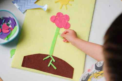 Invitation to create a flower using felt shapes cut outs