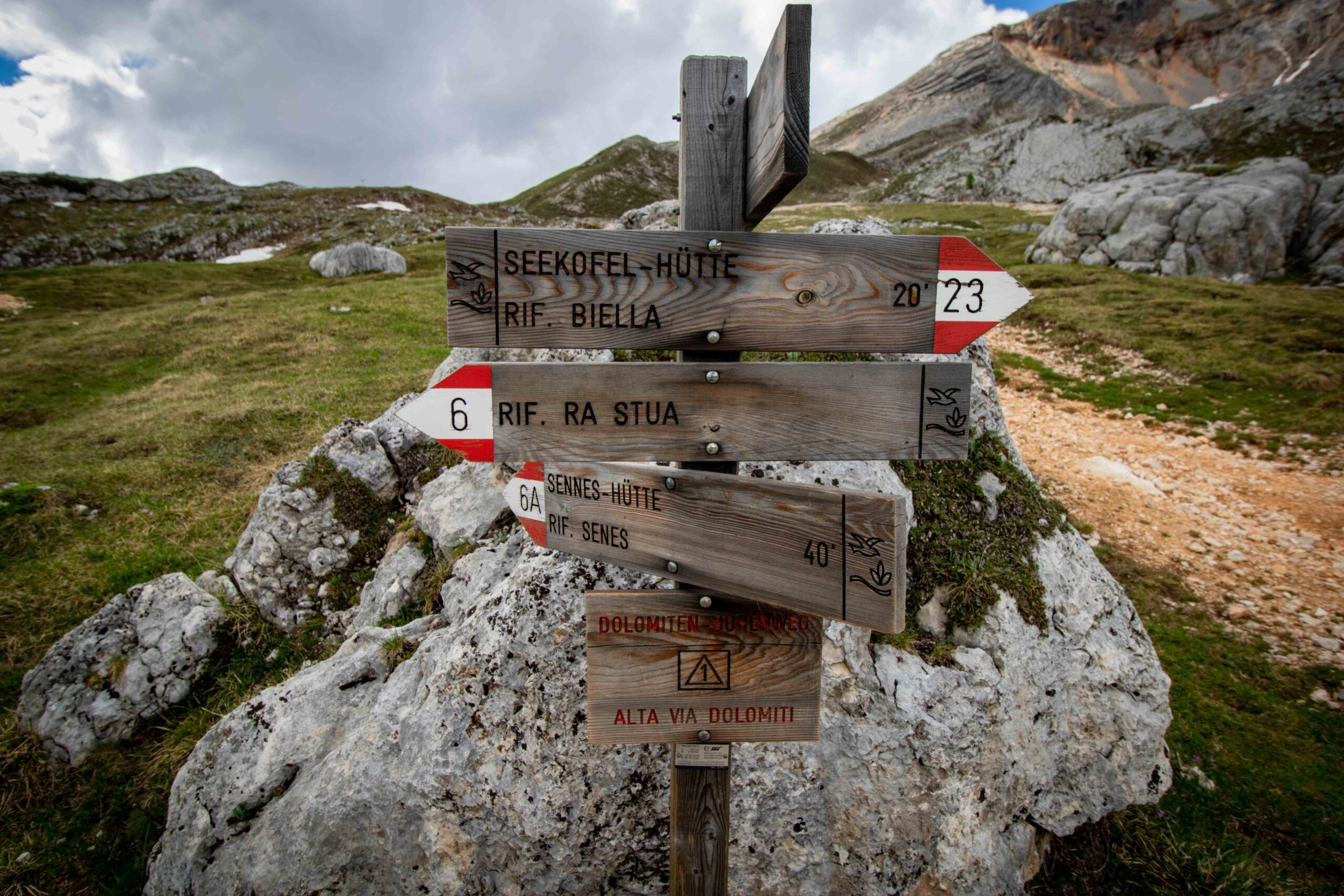 https://i1.wp.com/happytracks.ch/wp-content/uploads/2020/11/Hiking-Signs-in-the-Dolomites-scaled.jpg?fit=2560%2C1707&ssl=1