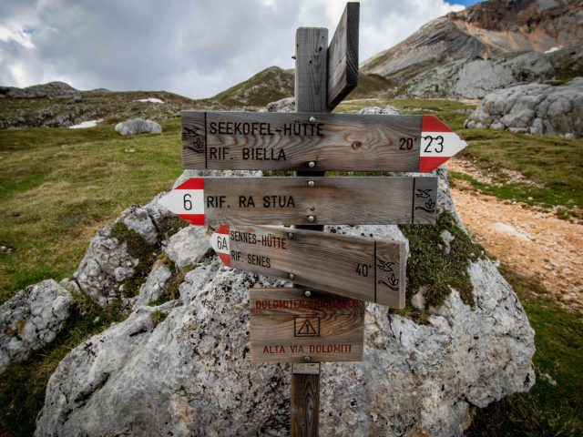 https://i1.wp.com/happytracks.ch/wp-content/uploads/2020/11/Hiking-Signs-in-the-Dolomites-scaled.jpg?resize=640%2C480&ssl=1