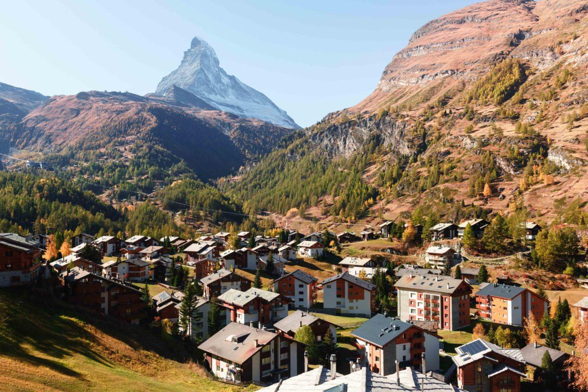 Malerische Herbstansicht der Zermatter Stadtstraße mit Matterhorngipfel in den Schweizer Alpen. Schweiz, Europa. Landschaftsfotografie