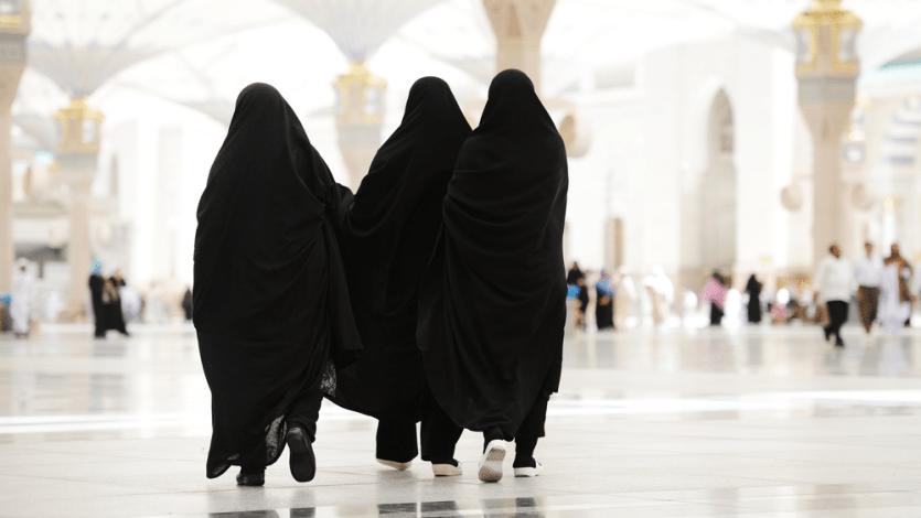 এক হায়েযগ্রস্ত নারী উমরার ইহরাম বেঁধেছেন, সাঈ করেছেন, পরবর্তীতে পবিত্র হওয়ার পর তাওয়াফ করেছেন