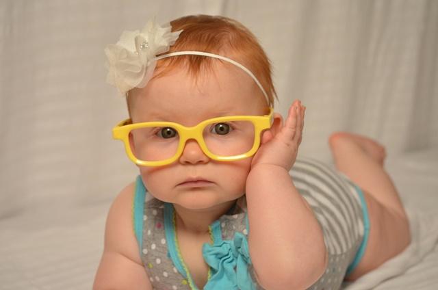 眼鏡の赤ちゃん