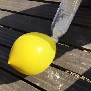 逆さにして風船に粉を入れる
