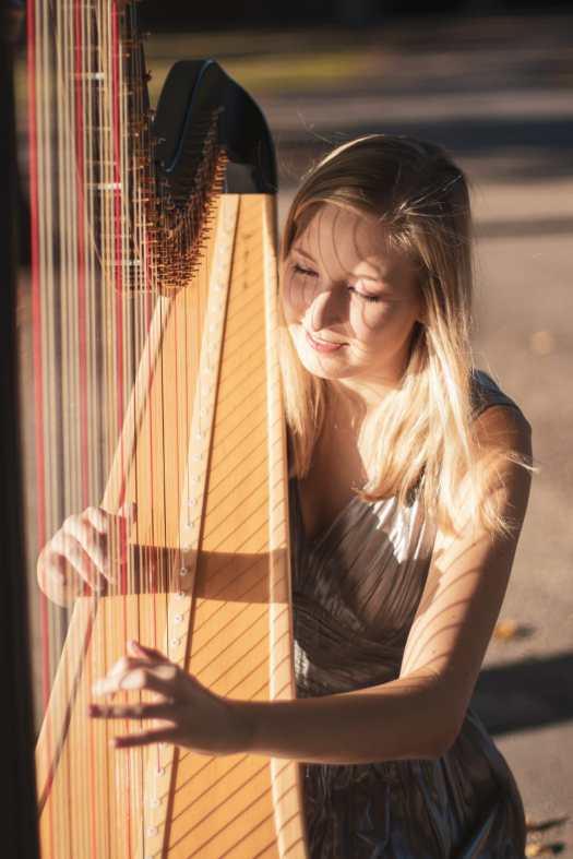 zur Hörprobe Harfenmelodie mit Paula Naumann