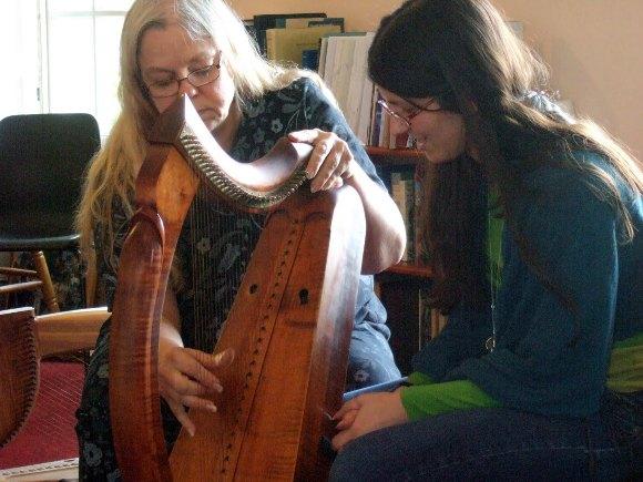 Ann Heymann uczy gry na wczesnej harfie celtyckiej