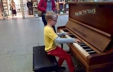 Talented Eight Year Old Wows London Train Station With Piano Recital