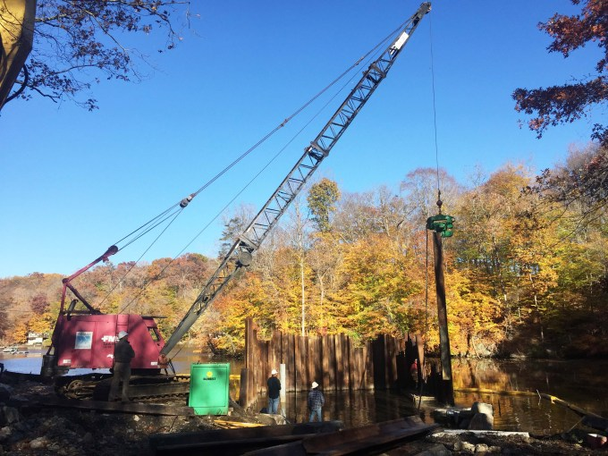 During construction a steel sheet pile cofferdam was installed to isolate the boat ramp from rising water.