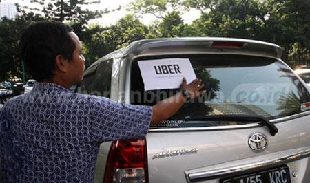 Taksi berbasis online makin marak. Dishub Surabaya bersama instansi terkait bakal mengintensifkan razia di jalanan.  Pengemudi atau armada yang tidak dilengkapi dokumen yang diharuskan, bakal kena tilang dan armadanya ditahan hingga persyaratan komplit.