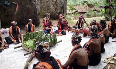 Tokoh dan sesepuh masyarakat adat Pariopo Desa Bantal Kecamatan Asembagus Situbondo saat memimpin acara ritual  Pojhian Hodo untuk meminta hujan. [sawawi]