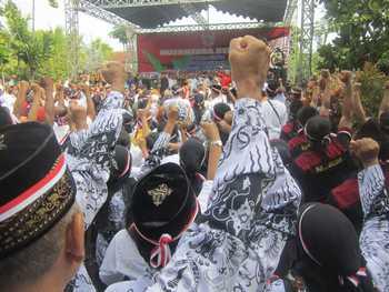 Hampir semua elemen masyarakat di Tulunaggung termasuk PGRI ikut meramaikan acara Nusantara Bersatu yang berlangsung di Tugu Kartini Alun-Alun Kota Tulungagung, Rabu (30/11)