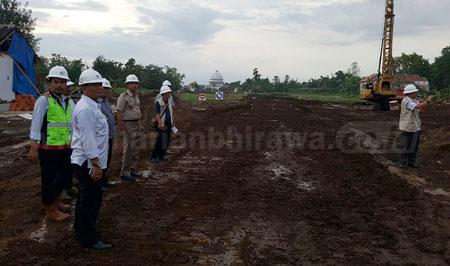 PPK Pasuruan-Probolinggo dari Kementerian PU dan Perumahan Rakyat Agus Minarno bersama petugas lainnya melihat langsung pembangunan tol Pasuruan-Probolinggo di sesi I Grati-Nguling sepanjang 8 kilometer, Kamis (1/12) sore. [hilmi husain]