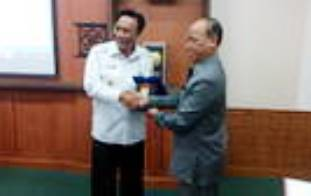 Bupati Gresik, Sambari Halim Radianto terima cindramata dari Ketua DKN, Khoirul Arifin. [kerin ikanto/bhirawa]