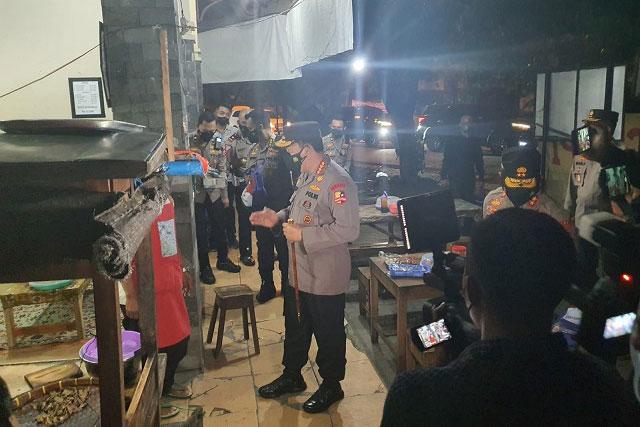 Kapolri Blusukan Malam Hari di Kota Solo Bagikan Bantuan PPKM Darurat